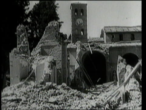 july 25 1943 montage a church badly damaged by bombings / rome italy - solo un uomo anziano video stock e b–roll