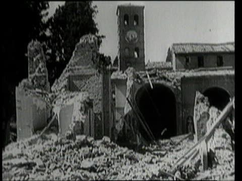 vídeos y material grabado en eventos de stock de july 25 1943 montage a church badly damaged by bombings / rome italy - un solo hombre mayor