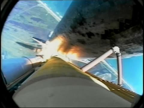vídeos y material grabado en eventos de stock de july 26 2005 overhead view of space shuttle discovery climbing into atmosphere - lanzacohetes