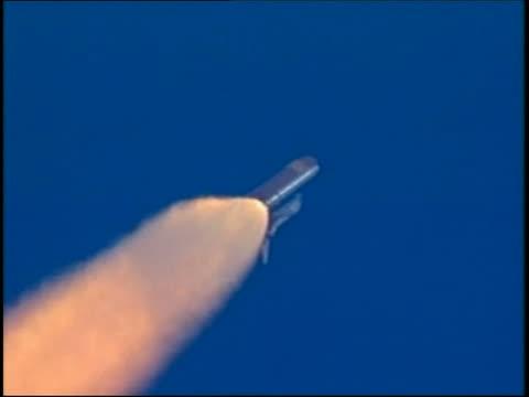 vídeos y material grabado en eventos de stock de july 26 2005 tracking shot space shuttle discovery climbing into atmosphere / boosters falling away - lanzacohetes