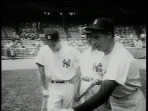vidéos et rushes de july 29, 1957 three new york yankee baseball players stand on field with bats in hand / new york city, new york, united states - 1957