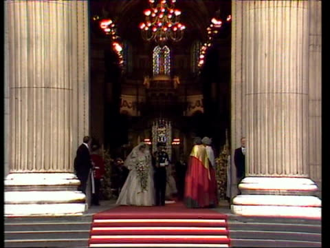 vídeos de stock e filmes b-roll de july 29, 1981 film montage prince charles and princess diana leaving the alter during their wedding at st. paul's cathedral/ charles and diana... - 1981