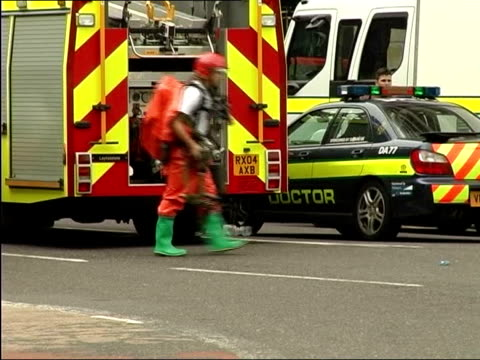 999 phone call played at inquiry tx police directing pedestrians in 7/7 aftermath emergency service vehicles along injured lead towards hospital... - anweisungen geben stock-videos und b-roll-filmmaterial