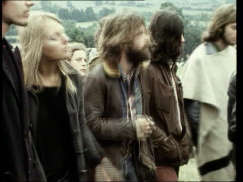 vídeos de stock e filmes b-roll de july doors singer jim morrison died on 3 july 1971 somerset glastonbury ext crowd of hippies at glastonbury music festival in 1971 lib london dominic... - hippie