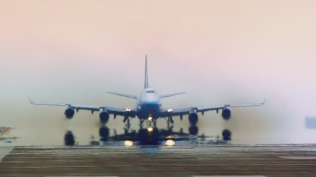 vídeos de stock e filmes b-roll de jumbo jet takes off in early morning haze at sfo, extreme telephoto - avião comercial