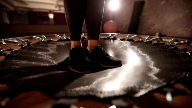 vídeos de stock e filmes b-roll de jump around - trampolim equipamento desportivo