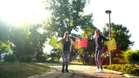 hoppa av glädje med shopping väskor - rea bildbanksvideor och videomaterial från bakom kulisserna