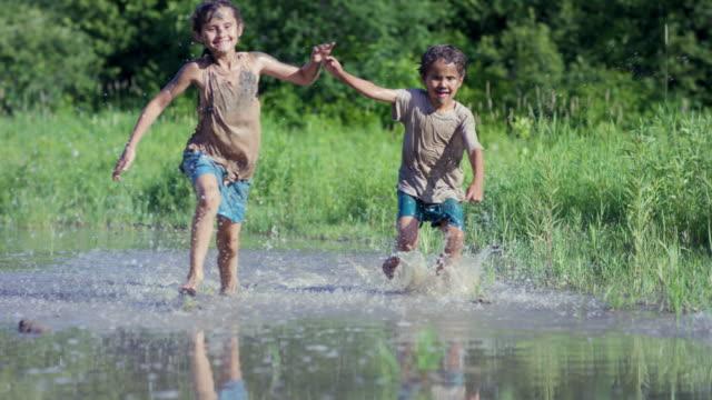 Springen und Spritzwasser