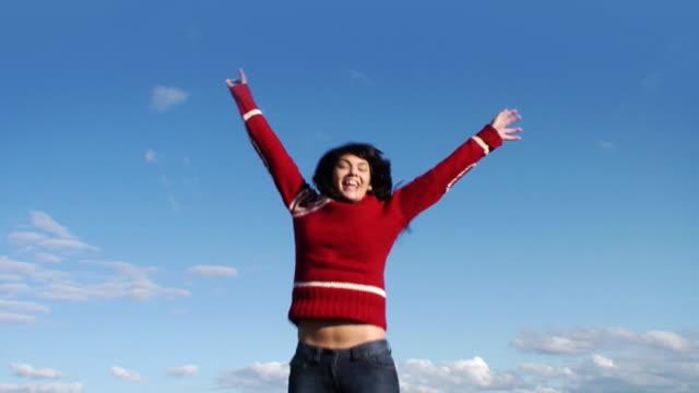 vídeos y material grabado en eventos de stock de niña de salto en otoño - jersey de cuello alto
