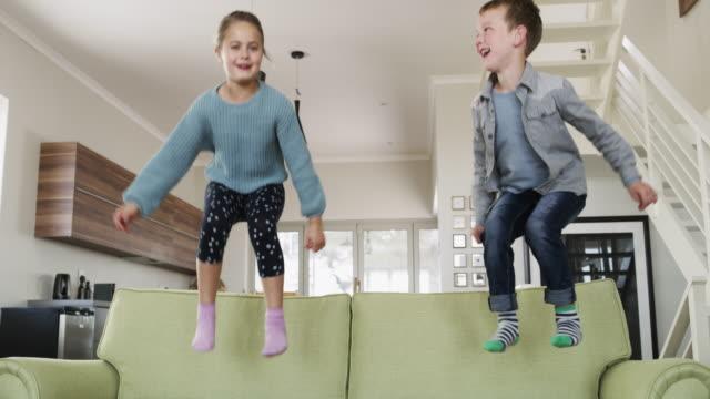vídeos de stock e filmes b-roll de jumping for joy - somente crianças