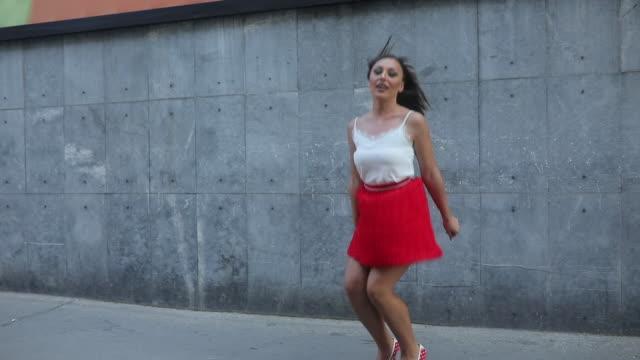 hoppning i höga klackar - minikjol bildbanksvideor och videomaterial från bakom kulisserna