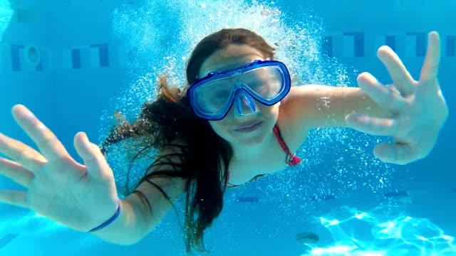 springen sie in den swimmingpool - kind vor der pubertät stock-videos und b-roll-filmmaterial