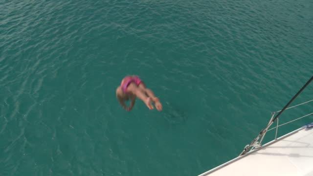 vídeos y material grabado en eventos de stock de salto en el mar - sólo hombres jóvenes
