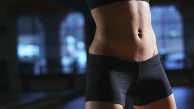vídeos de stock e filmes b-roll de o exercício polichinelo - cintura