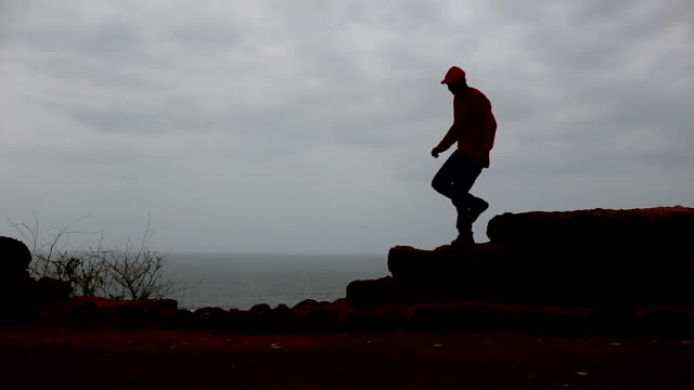 springenden männer silhouette - nur junge männer stock-videos und b-roll-filmmaterial