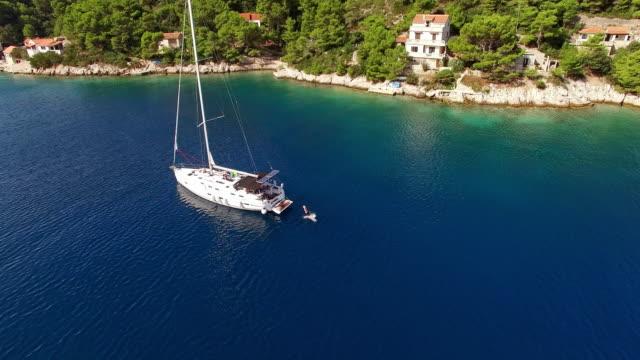 Freistil-Springen auf dem Segelboot
