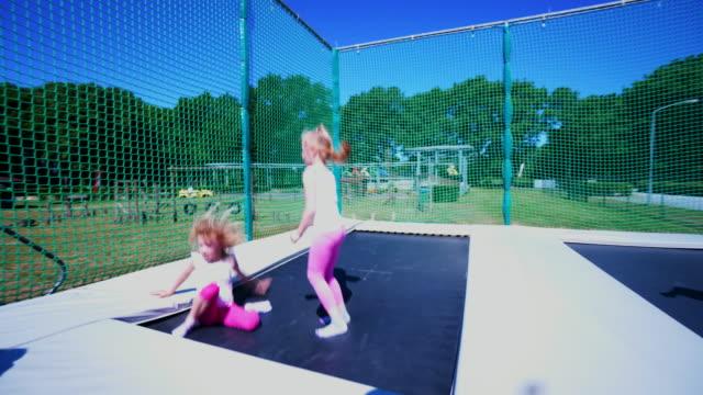 stockvideo's en b-roll-footage met springen op een trampoline in een park-speeltuin - trampoline
