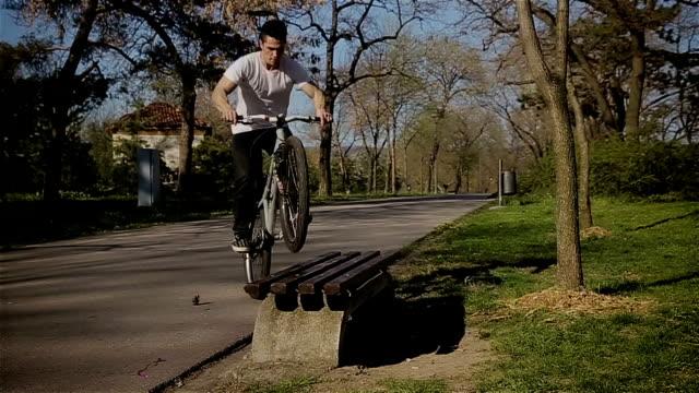 stockvideo's en b-roll-footage met springen over de bank op fiets - acrobaat