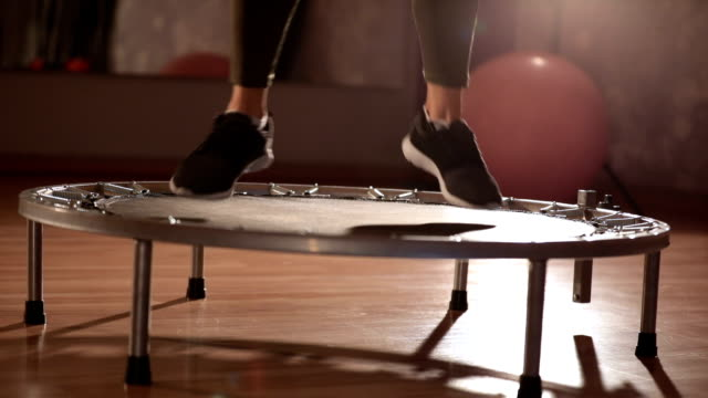vídeos de stock e filmes b-roll de jumping  session - trampolim equipamento desportivo