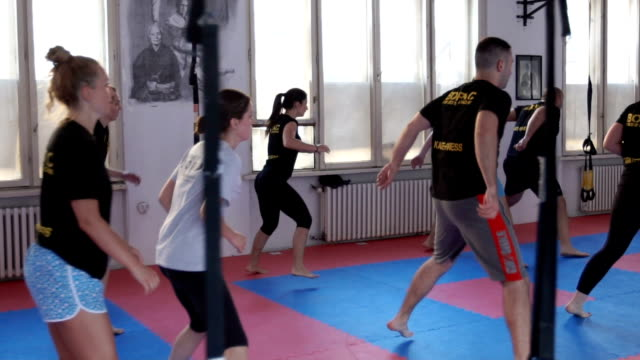 jumping - fitnesskurs stock-videos und b-roll-filmmaterial