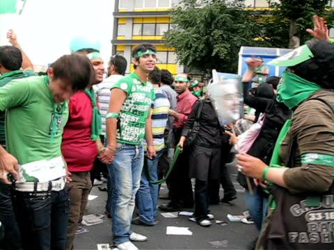 vídeos de stock, filmes e b-roll de 10 jun 2009 ms pan demonstrators shouting holding hands on street / teheran iran / audio - braço humano