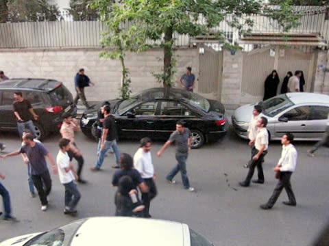 28 jun 2009 ms ha zo large group of demonstrators running on street / teheran iran / audio - teheran video stock e b–roll