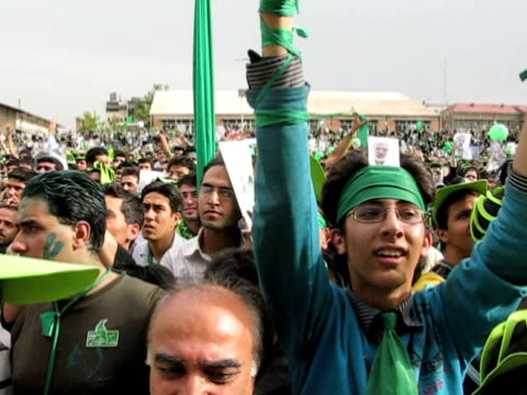 9 jun 2009 ms pan large group of people dressed in green demonstrating on street / teheran iran / audio - sonnenschild stock-videos und b-roll-filmmaterial