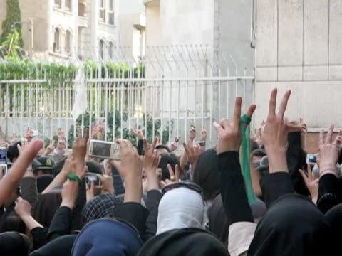 vídeos de stock, filmes e b-roll de 28 jun 2009 ms large group of people making peace signs standing on city square / teheran iran / audio - braço humano