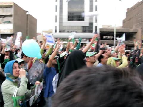 vídeos de stock, filmes e b-roll de 10 jun 2009 ms pan large group of people walking in street demonstration / teheran iran / audio - braço humano