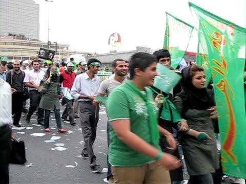 vídeos de stock, filmes e b-roll de 10 jun 2009 ws large group of people walking in street demonstration / teheran iran / audio - braço humano