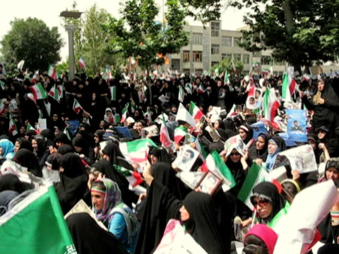 vídeos y material grabado en eventos de stock de jun 2009 large group of women waving iranian flags and holding placards sitting and standing on street/ teheran, iran / audio - brazo humano
