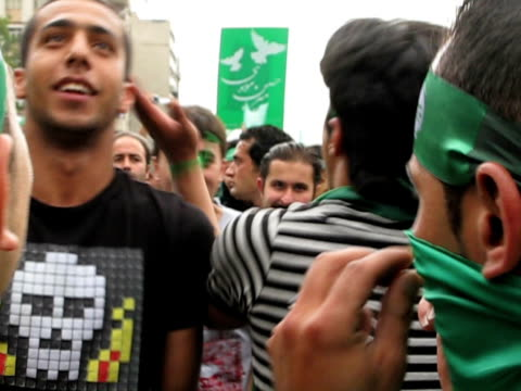 10 jun 2009 cu shaky crowd of demonstrators jumping and shouting on street / teheran iran / audio - 2009年点の映像素材/bロール