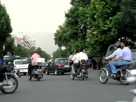 stockvideo's en b-roll-footage met 13 jun 2009 ws pan traffic on busy road intersection / teheran iran / audio - winkelbord