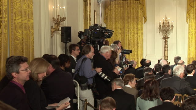 stockvideo's en b-roll-footage met june 17 2009 ws the press corp preparing for president barack obama's address on the economy and the overhaul of financial regulations in the east... - persconferentie