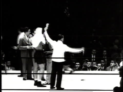 june 18, 1941 boxer joe louis celebrating in the ring after defeating billy conn / new york city, new york, united states - pesi massimi video stock e b–roll