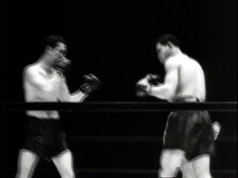 june 18, 1941 montage joe louis fighting billy conn / new york city, new york, united states - pesi massimi video stock e b–roll