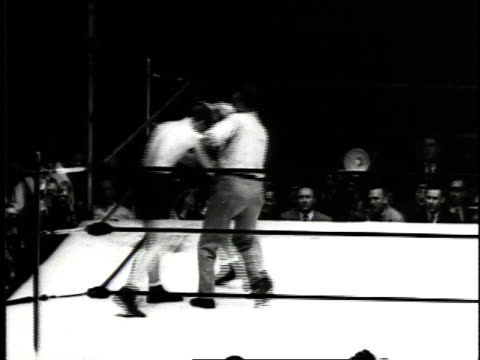 june 18, 1941 montage joe louis fighting billy conn / new york city, new york, united states - 1941 bildbanksvideor och videomaterial från bakom kulisserna