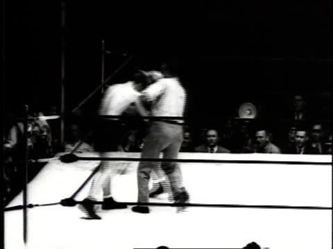 june 18, 1941 montage joe louis fighting billy conn / new york city, new york, united states - 1941年点の映像素材/bロール