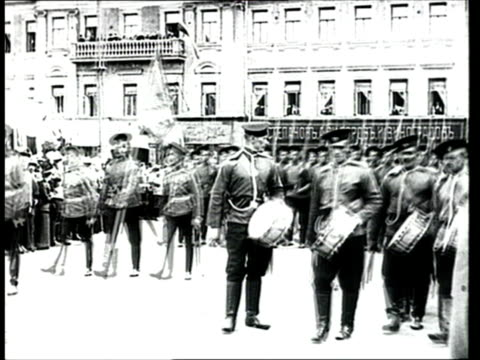 vídeos de stock e filmes b-roll de june 1912 ws b/w russian army troops parading during ceremony for the unveiling of a monument to russian general, mikhail skobelev/ moscow, russia - patriotismo