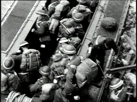 june 1944 ws british army units transferring from transport ships to amphibious landing craft to go ashore in france / english channel - amfibiefordon bildbanksvideor och videomaterial från bakom kulisserna