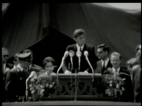 june 1963 montage john f kennedy addressing berliners at city hall platz and speaking german / west berlin germany - john f. kennedy politik stock-videos und b-roll-filmmaterial