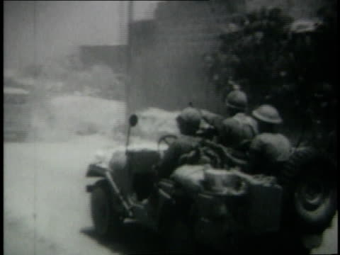 vidéos et rushes de june 1967 montage israeli armored columns advancing to rafah / gaza strip - 1967