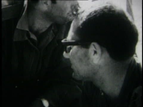 vidéos et rushes de june 1967 montage israeli military official general yishayahu gavish speaking into microphone fingers scanning a map detail / alarish egypt - guerre des 6 jours