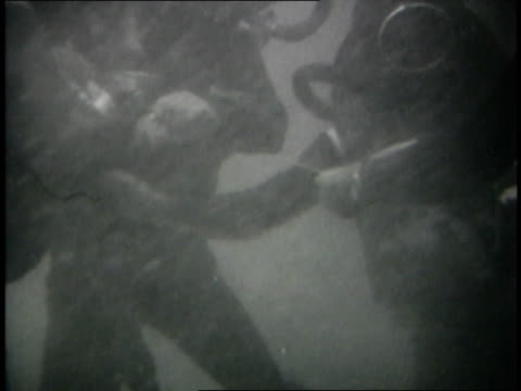 vidéos et rushes de june 1967 montage israeli scuba divers attaching time bombs to undersea pilings of egyptian naval base at alexandria harbor - positionner