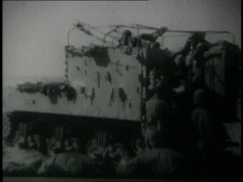 vidéos et rushes de june 1967 montage israeli soldiers firing artillery and tank guns / gaza strip - 1967