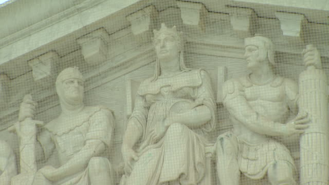 june 2 2009 zo western entrance pediment sculptures representing liberty order and authority of the united states supreme court building / washington... - frontgiebel stock-videos und b-roll-filmmaterial
