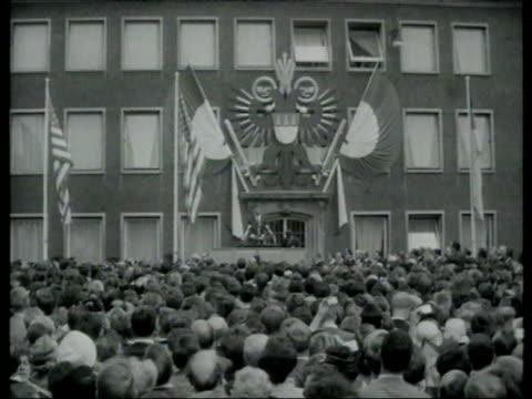 stockvideo's en b-roll-footage met june 23 1963 film montage ws zi john f kennedy giving speech/ ws crowd/ cologne germany/ audio - compleet pak