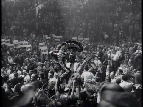 vídeos de stock e filmes b-roll de june 24 1936 ms communist party symbols being paraded through crowd at communist convention / new york city new york united states - comunismo