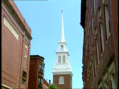 stockvideo's en b-roll-footage met june 26, 2003 street view of the steeple of the old north church in boston / massachusetts, united states - kerktoren