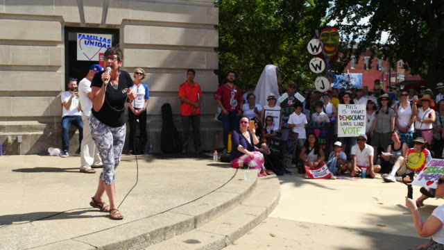 vídeos de stock, filmes e b-roll de protesters gather at the monroe county courthouse for a rally titled families belong together against donald trump's hardline immigration policy... - bloomington indiana